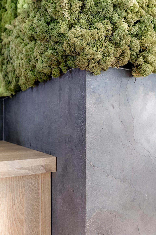 Feuille de pierre 100% naturelle StoneLeaf modèle Londres sur du mobilier de bureaux