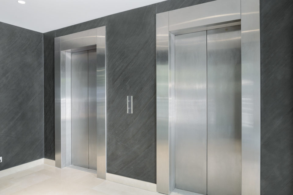 Feuille de pierre 100% naturelle StoneLeaf modèle New York sur les murs de parties communes ascenseur