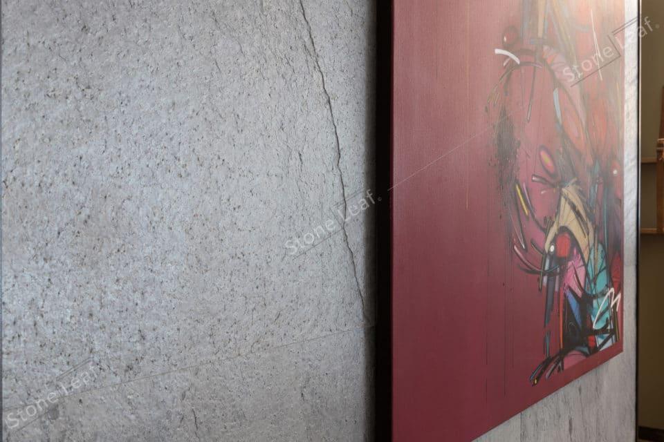 Feuille de pierre 100% naturelle en décoration sur un mur