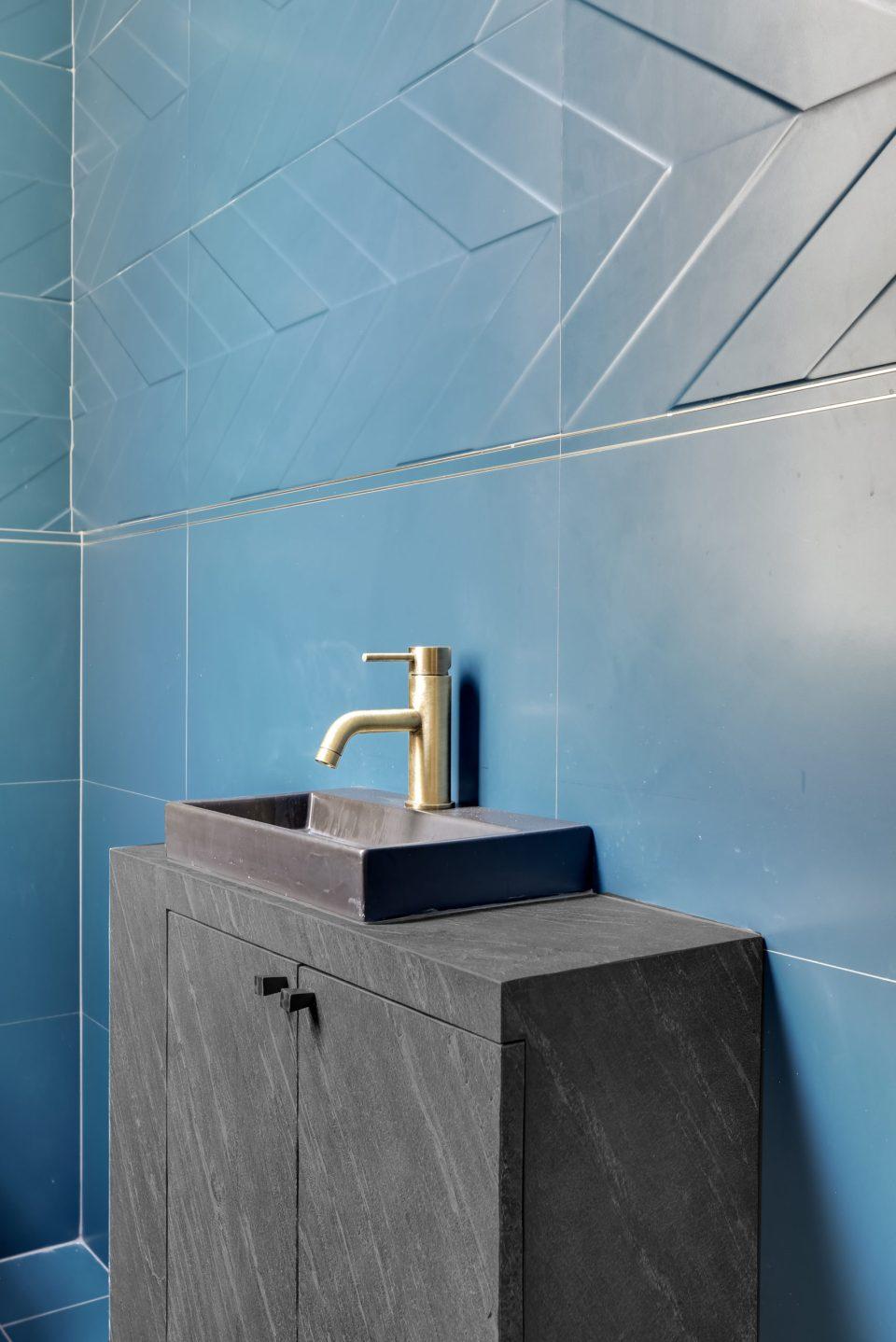 Feuille de pierre 100% naturelle StoneLeaf modèle New York sur un meuble de salle de bain