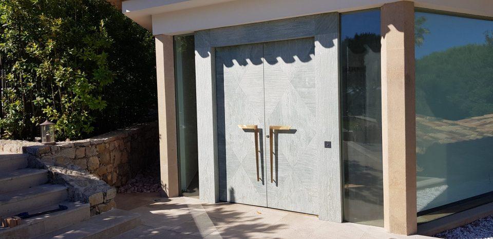 Feuille de pierre 100% naturelle StoneLeaf modèle Riga sur une porte extérieur