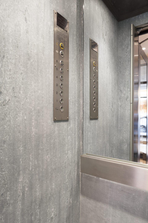Feuille de pierre 100% naturelle StoneLeaf modèle Riga aux murs d'un ascenseur