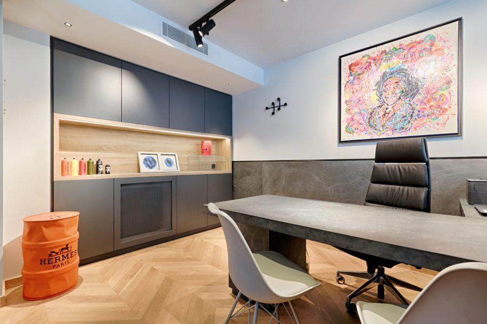 Feuille de pierre 100% naturelle StoneLeaf modèle Londres sur mur et mobilier de bureau
