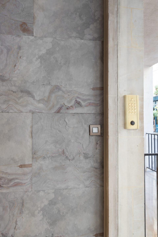 Feuille de pierre 100% naturelle StoneLeaf modèle Stockholm aux murs d'un hall d'immeuble