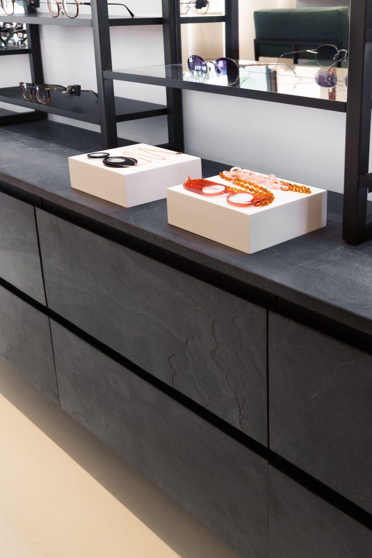 Feuille de pierre 100% naturelle StoneLeaf modèle Londres sur du mobilier de magasin