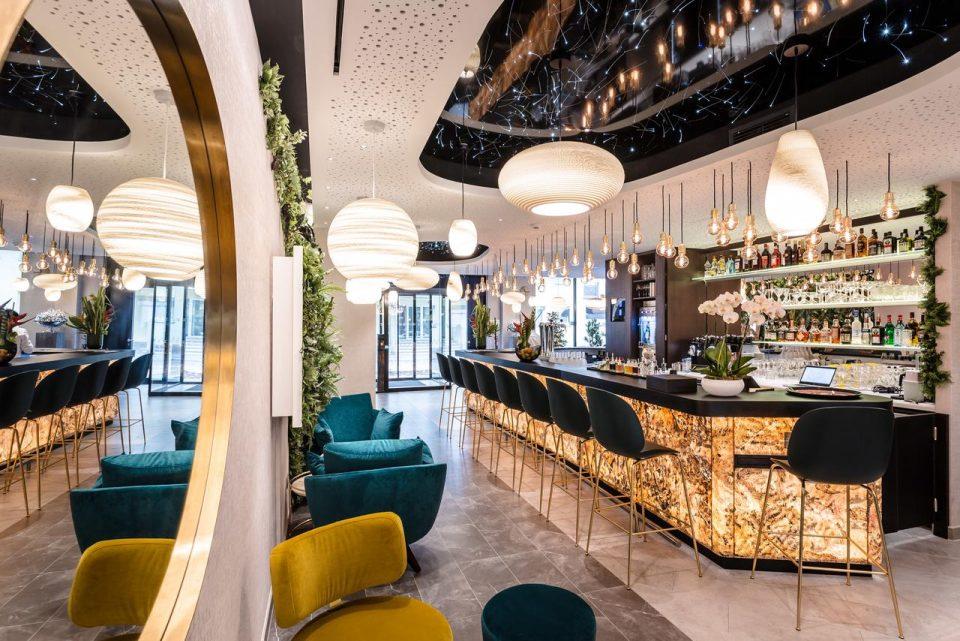Feuille de pierre 100% naturelle StoneLeaf translucide modèle Prague sur un bar d'hôtel