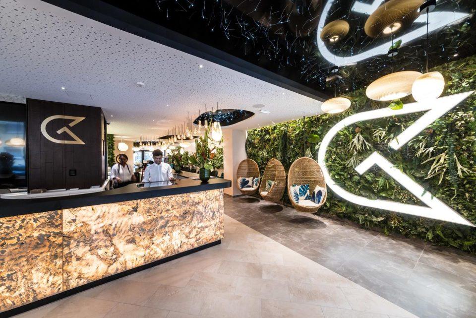 Feuille de pierre 100% naturelle StoneLeaf translucide modèle Prague dans un hall d'hôtel