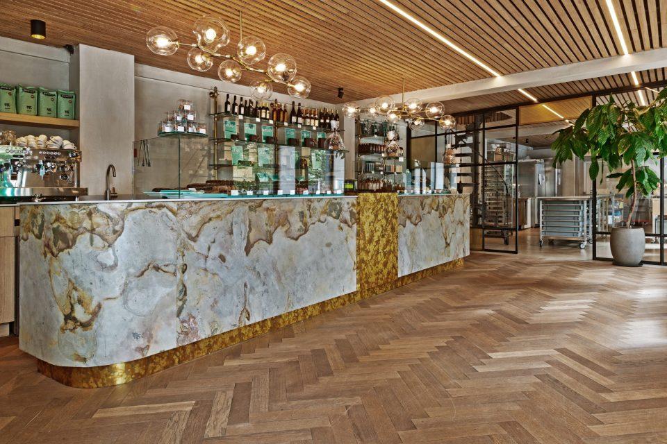 Feuille de pierre 100% naturelle StoneLeaf modèle Prague sur un comptoir de magasin