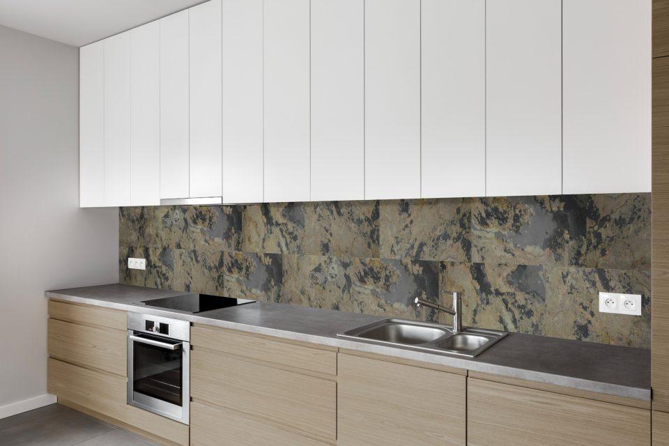 Feuille de pierre 100% naturelle adhésivée Stick&Stone by StoneLeaf modèle Oslo aux murs d'une crédence de cuisine