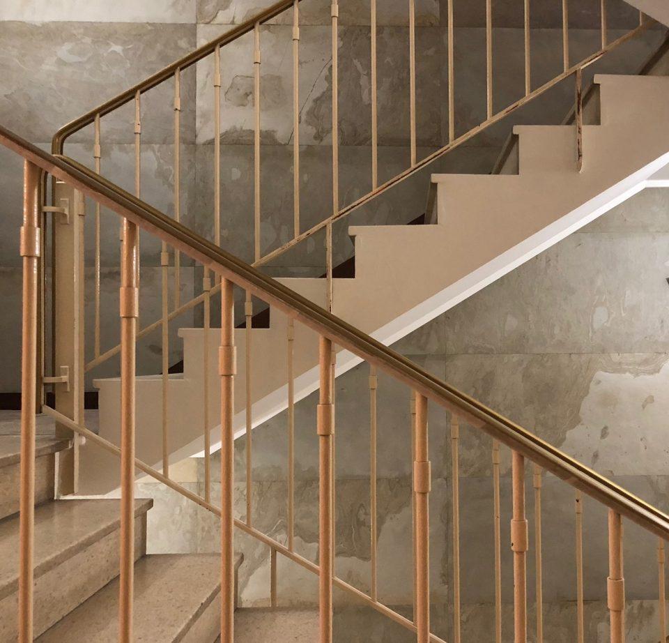 Feuille de pierre 100% naturelle StoneLeaf modèle Ankara sur les murs d'une cage d'escalier