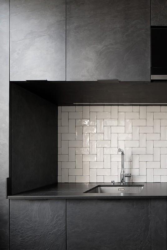 Feuille de pierre 100% naturelle StoneLeaf modèle Londres sur des portes de cuisine