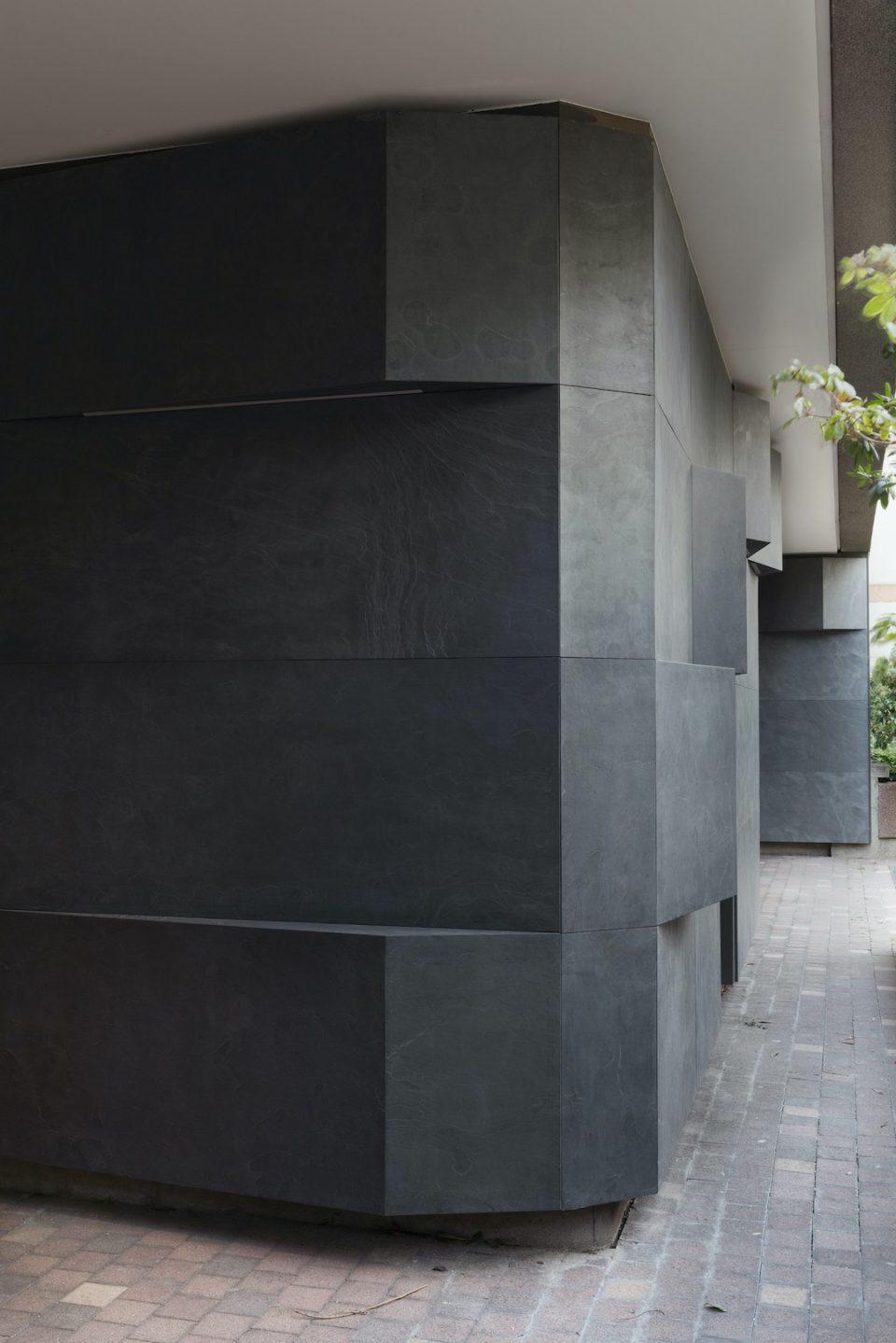 Feuille de pierre 100% naturelle StoneLeaf modèle Londres sur les murs en façade d'un immeuble