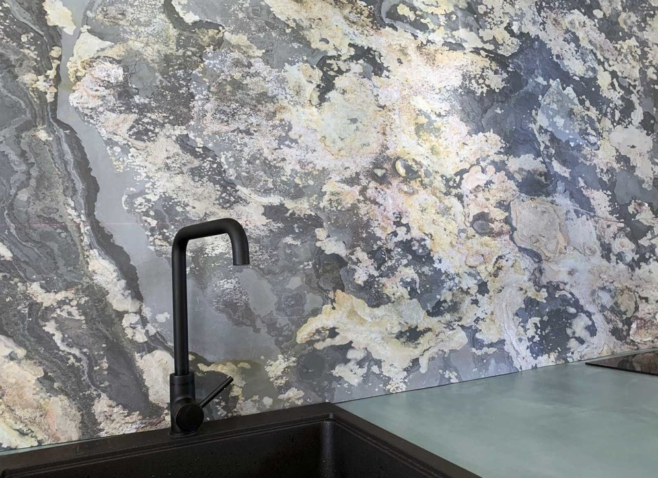 Feuille de pierre 100% naturelle StoneLeaf modèle Moscou sur crédence cuisine