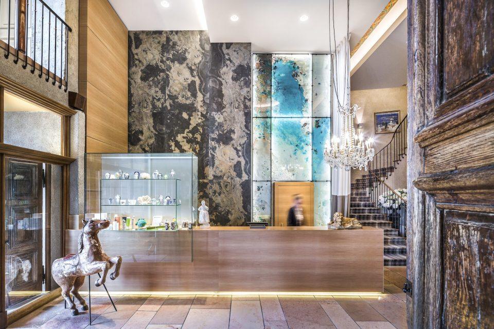 Feuille de pierre 100% naturelle StoneLeaf modèle Moscou sur mur hall d'hôtel