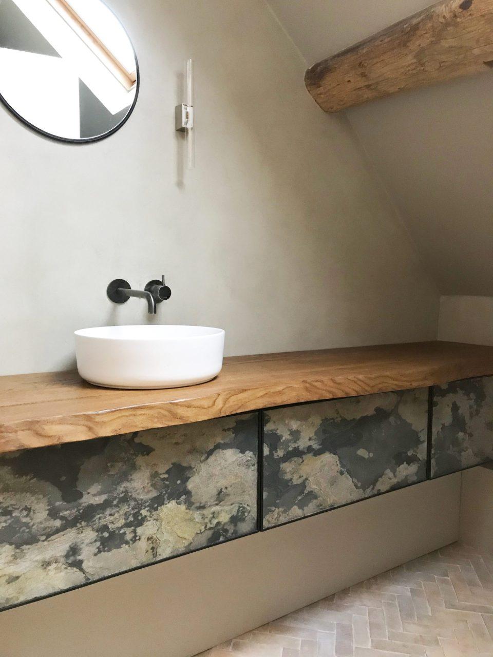 Feuille de pierre 100% naturelle StoneLeaf modèle Moscou sur meuble de salle de bain