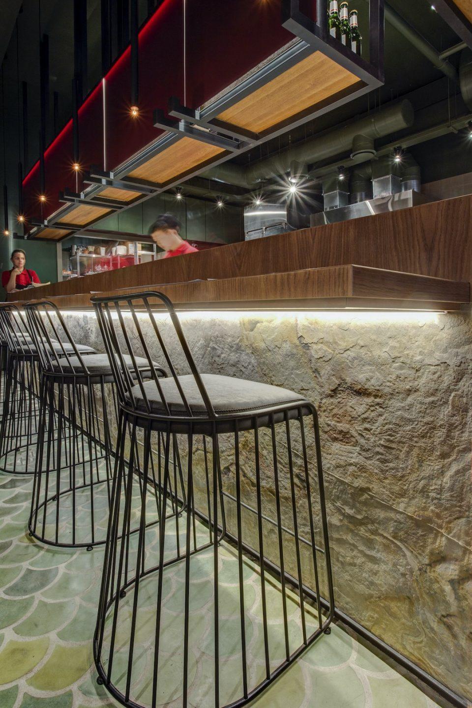 Feuille de pierre 100% naturelle StoneLeaf modèle Prague sur un comptoir de restaurant