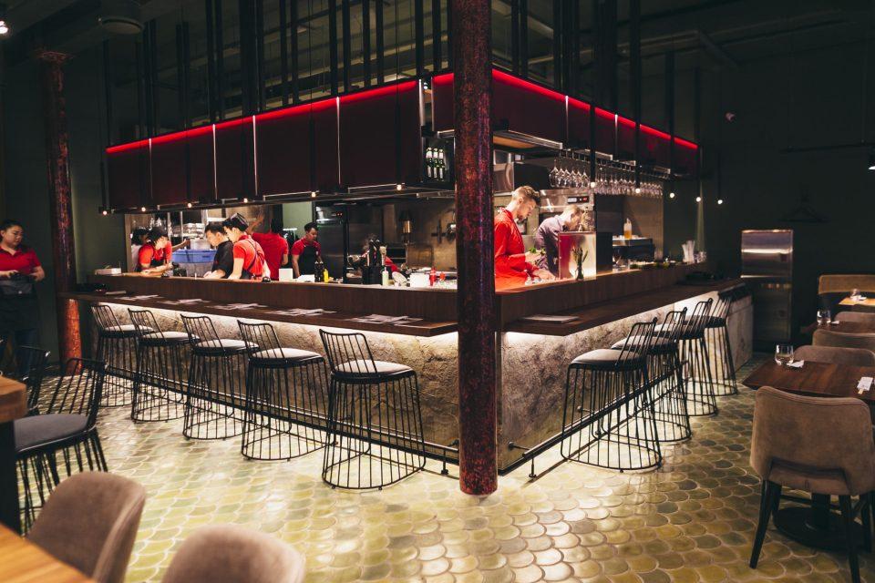Feuille de pierre 100% naturelle StoneLeaf modèle Prague sur comptoir de restaurant
