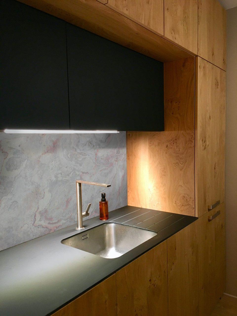 Feuille de pierre 100% naturelle StoneLeaf modèle Stockholm sur la crédence d'une cuisine