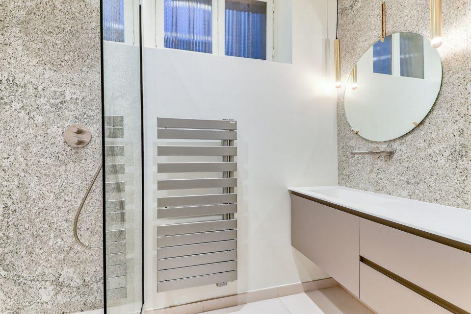 Feuille de pierre 100% naturelle StoneLeaf modèle Oslo dans une douche et sur les murs d'une salle de bain