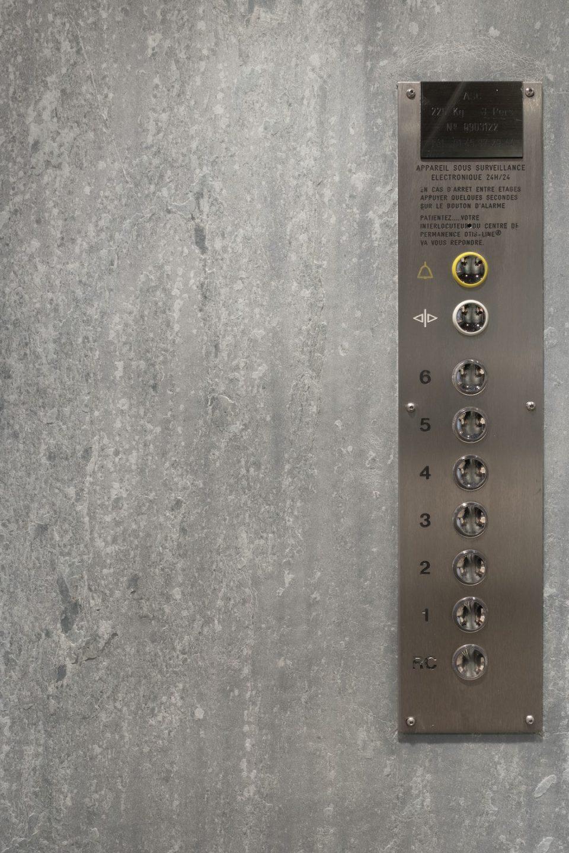 Feuille de pierre 100% naturelle StoneLeaf modèle Riga sur les parois d'un ascenseur