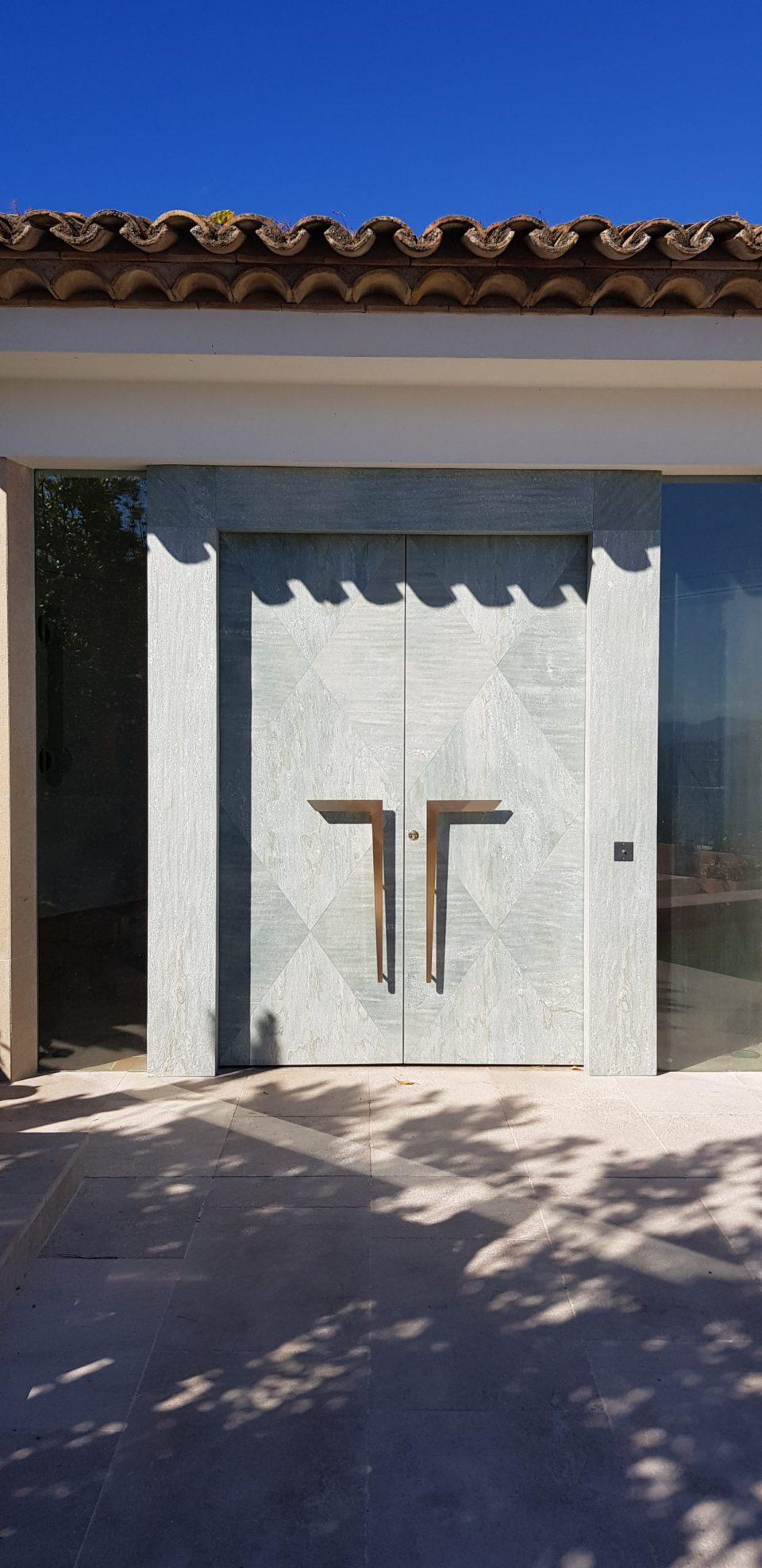 Feuille de pierre 100% naturelle StoneLeaf modèle Riga sur porte extérieure
