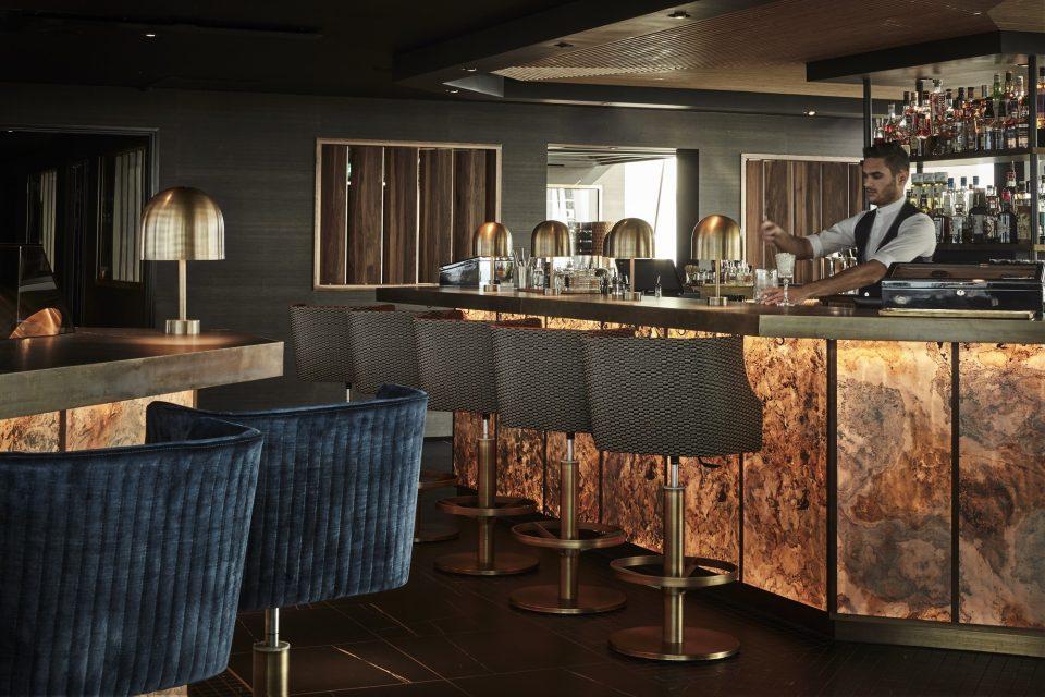 Feuille de pierre 100% naturelle StoneLeaf translucide modèle Prague sur un bar