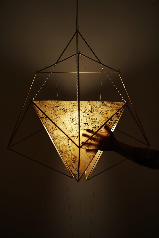 Feuille de pierre 100% naturelle StoneLeaf translucide modèle Prague sur un luminaire