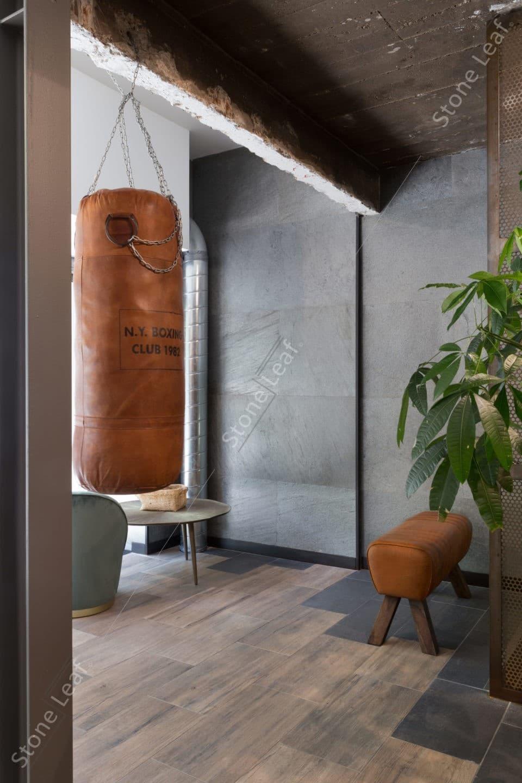 Feuille de pierre 100% naturelle sur les murs d'une salle de sport